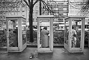 Duitsland, Dusseldorf, 10-12-1986Telefooncellen op de Konigsallee.Foto: Flip Franssen/Hollandse Hoogte