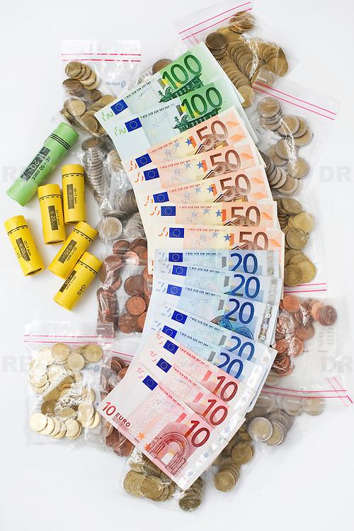 Nederland Barendrecht 29 maart 2009 20090329 Foto: David Rozing ..waaier van euro munten, geldzakjes en bankbiljetten, valuta, betaalmiddel, ,kosten,papiergeld,biljet,biljetten,bankbiljet,bankbiljetten,eurobiljet,eurobiljetten, betaalmiddelen , Nederland Barendrecht 29 maart 2009 20090329 Foto: David Rozing ..Illustratief beeld bij recessie /  kredietcrisis / economie, vraagteken met euromunten, munt, munten, kleingeld.money , euro coints symbolisch, symbolische. stockbeeld, stockfoto, stock, studio opname, illustratie.Foto: David Rozing