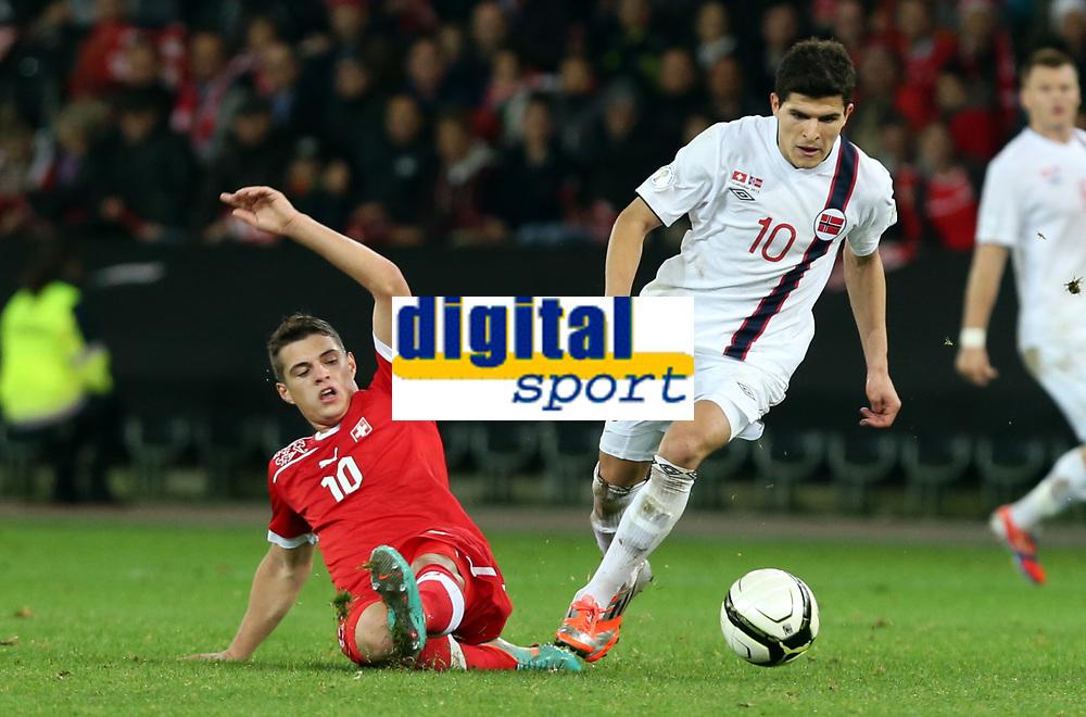 Bern, 12.10.2012, Fussball WM 2014 Quali, Schweiz - Norwegen, Granit Xhaka (SUI) gegen Tarik Elyounoussi (NOR) (Pascal Muller/EQ Images)
