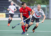 AMSTELVEEN -   Federico Fernandez Onega (Tilburg) met Daan Dekker (Amsterdam)  tijdens de hockey hoofdklasse competitiewedstrijd  heren, Amsterdam-HC Tilburg (3-0).  COPYRIGHT KOEN SUYK