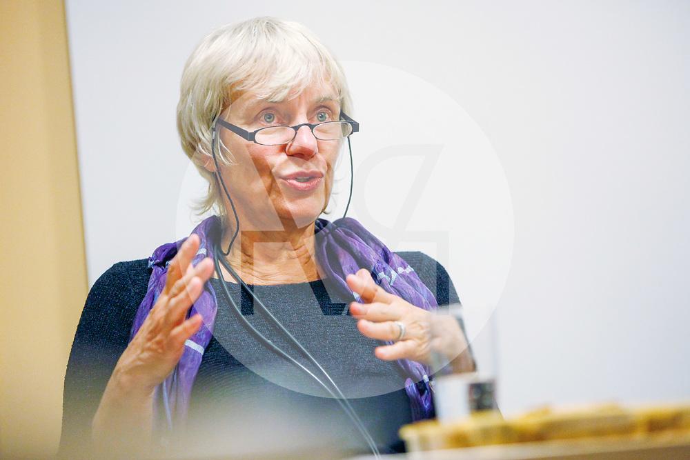 """DEUTSCHLAND - BERLIN - Helga Hirsch, freie Publizistin, spricht im Rahmen eines Kamingesprächs des Magazins 'politikorange' """"Vergessen im Internet"""" - 18. Oktober 2011 © Raphael Hünerfauth - https://www.huenerfauth.ch"""