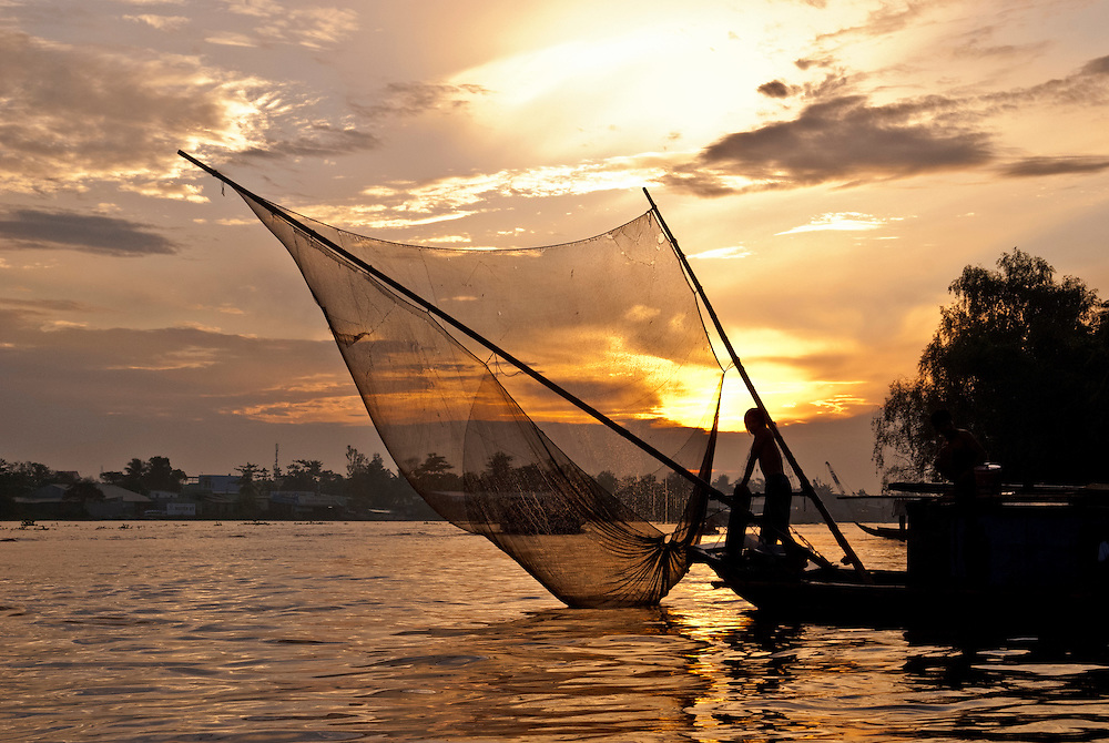 Can Tho, Vietnam: una barca di pescatori all'alba sul fiume Mekong.<br /> <br /> Can Tho, Vietnam: a fishing boat on the Mekong river at dawn.