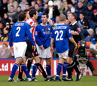 Fotball<br /> England 2004/2005<br /> Foto: SBI/Digitalsport<br /> NORWAY ONLY<br /> <br /> Leicester City v Sunderland<br /> Coca Cola Championship. 13/11/2004.<br /> <br /> Referee C Penton (R) steps in to calm down tempers after Lilan Nalis was involved in an altercation with Sunderland's Gary Breen (second from L).