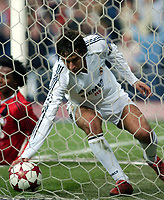 Fotball<br /> Champions League 2004/05<br /> Real Madrid v Bayer Leverkusen<br /> 23. november 2004<br /> Foto: Digitalsport<br /> NORWAY ONLY<br /> Raul grabs the ball from the net after scoring in an attempt to win the game