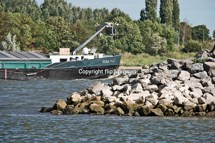 Nederland, Tiel, Wamel, 21-8-2020  In de Waal zijn bij Tiel de strekdammen weggehaald en vervangen door een dam, langsdam,  die paralel loopt met de oever. Het is misschien een manier om het water tijdens zowel hoogwater als laagwater bij droogte beter  te beheersen.Foto: ANP/ Hollandse Hoogte/ Flip Franssen
