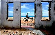 Stranden ved Karaitivu er stadig præget af ødelagte huse og næsten forladte gader, her 10 måneder efter Tsunamien ramte og dræbte 8000 tusinde.