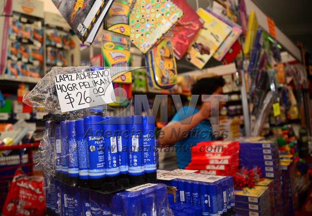 Toluca, México.- Inauguran Feria de Regreso a Clases 2015, en donde fueron instalados 220 stands que podrán recorrer los asistentes para buscar los mejores precios para surtir su lista de útiles escolares.  Agencia MVT / Crisanta Espinosa