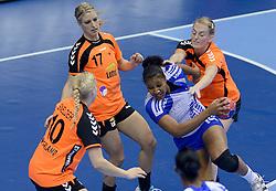 07-12-2013 HANDBAL: WERELD KAMPIOENSCHAP NEDERLAND - DOMINICAANSE REPUBLIEK: BELGRADO <br /> 21st Women s Handball World Championship Belgrade, Nederland wint met 44-21 / (L-R) Danick Snelder, Nycke Groot, Lynn Knippenborg<br /> ©2013-WWW.FOTOHOOGENDOORN.NL