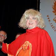 """NLD/Hilversum/20061211 - Uitreiking """" Originele Rembrandt 2006 """", Paul Haenen als Margreet Dolman"""