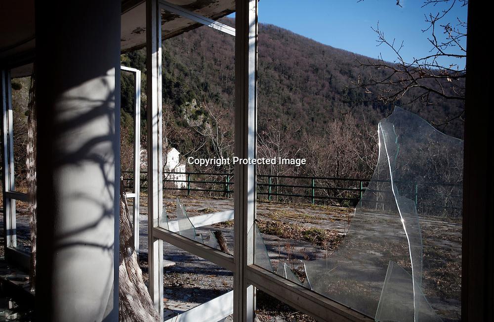 Monticchio Laghi (PZ) 12.03.2011 - Il degrado dei laghi di Monticchio (PZ). L'ex ristorante Casina ai Laghi di proprietà della Provincia di Potenza, sequestrato ed abbandonato dagli anni '80 nei pressi dell'Abbazia di San Michele.