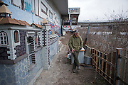 Prag/Tschechische Republik, Tschechien, CZE, 12.03.2009: Der obdachlose Jarda hat sich entschlossen sein Schicksal selbst in die Hand zu nehmen und hat angefangen sich aus Abfall und Obstkisten seine eigene Burg unter einer Autobahnbrücke an der Moldau in Prag zu bauen. | Prag/Czech Republic, CZE, 12.03.2009: Homeless Jarda decided to take his fortune in his own hands and built a castle out of garbage and other rubbish under a highway bridge at the Moldau river in Prague.|[(c)Bjoern Steinz, Vojanova 1408/28, 229 22 Lysa nad Labem, Tschechische Republik, phone +420 325551336, mobil +420 777 218 029, steinz@oka2.com, Bank: F r a n k f u r t e r  V o l k s b a n k     BLZ 50190000 Konto 0301951710 IBAN DE06501900000301951710 BIC FFVBDEFF, www.bsteinz.de. Bei Verwendung des Fotos ausserhalb journalistischer Zwecke bitte Ruecksprache mit dem Fotograf halten. Jegliche Verwendung nur gegen Beleg und Honorar nach MFM oder gesonderter Absprache, Publication only with royalty payment, credit line and print sample, Achtung: NO MODEL RELEASE]..[#0,26,121#]