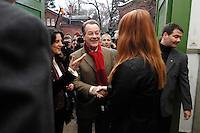 22 JAN 2007, BERLIN/GERMANY:<br /> Franz Muentefering, SPD, Bundesarbeitsminister, wird von der Schuelervertreterin begruesst, Besuch der Freiligrath-Schule in Berlin-Kreuzberg, anl. des EU-Projekttages, Freiligrath-Schule<br /> IMAGE: 20070122-01-002<br /> KEYWORDS: Schüler, Schülerin, Schueler, Franz Müntefering