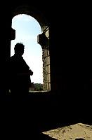 07.2002 Bialystok zdjecie archiwalne Budowa Centrum Kultury Islamu przy ul Pomorskiej, ktorego budowe rozpoczeto w 1991 r. Od kilkunastu lat budynek stoi w stanie surowym, ostatnio dwa razy byl podpalany dach ( 11.2009 ). Byc moze budowe uda sie ukonczyc przy wsparciu Islamskiego Banku Rozwoju z Arabii Saudyjskiej N/z opuszczona budowa fot Michal Kosc / AGENCJA WSCHOD