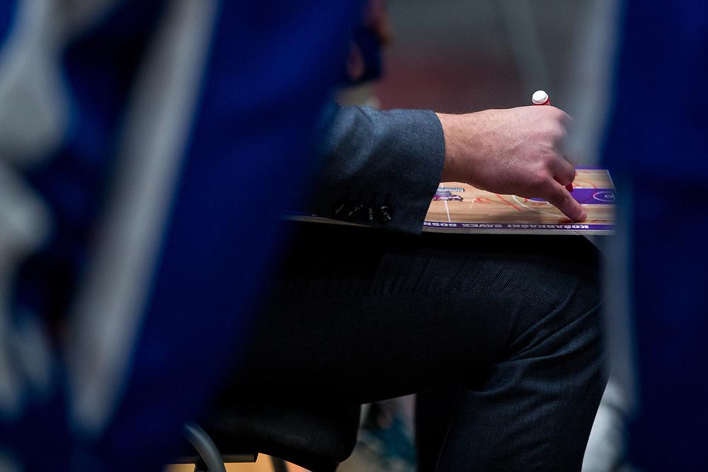 ÖSTERSUND 20210924<br /> Jämtlands coach Adnan Chuck ritar upp spelplanen under fredagens match i Basketligan mellan Jämtland Basket och Nässjö Basket i Östersunds Sporthall<br /> <br /> Foto: Per Danielsson/Projekt.P