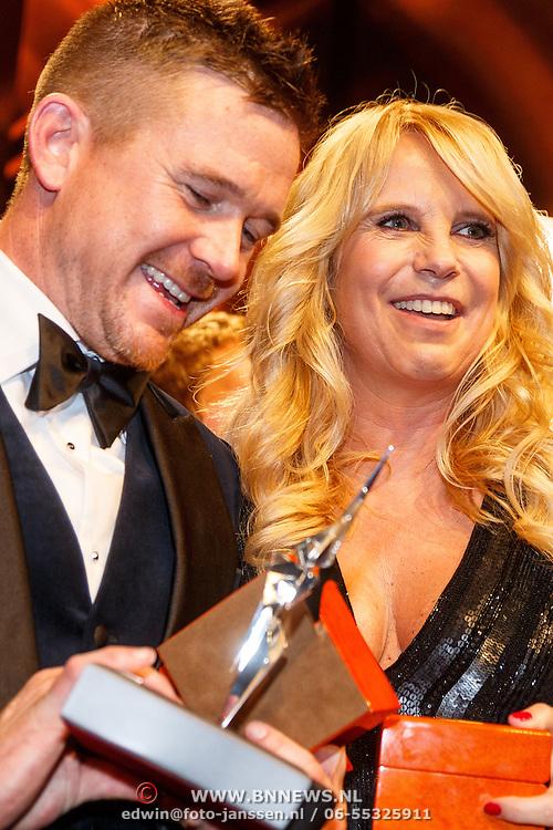 NLD/Amsterdam/20151015 - Televiziergala 2015, winnaar Gouden Televizier-Ring programma Syndroom van Johnny de Mol en Linda de Mol winnaar 3e Televizier Oeuvre-Ring uitgereikt aan Linda de Mol