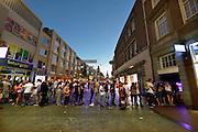 Nederland, The Netherlands, Nijmegen 19-7-2016Recreatie, ontspanning, cultuur, dans, theater en muziek in de binnenstad. Nijmegen summer capital of holland . Onlosmakelijk met de vierdaagse, 4daagse, zijn in Nijmegen de vierdaagse feesten, de zomerfeesten. Talrijke podia staat een keur aan artiesten, voor elk wat wils. Een week lang elke avond komen ruim honderdduizend bezoekers naar de stad. De politie heeft inmiddels grote ervaring met het spreiden van de mensen, het zgn. crowd control. De vierdaagsefeesten zijn het grootste evenement van Nederland en verbonden met de wandelvierdaagse. Een lange rij mensen staat te wachten voor een pinautomaat om contant geld uit de atm te halen . Bankautomaat,geldautomaat, pinnenFoto: Flip Franssen