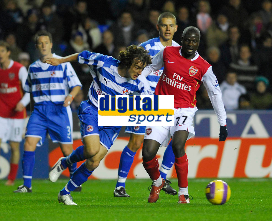 Photo: Leigh Quinnell/Sportsbeat Images.<br /> Reading v Arsenal. The FA Barclays Premiership. 12/11/2007. Readings Stephen Hunt clears the box before the arrival of Arsenals Emmanuel Eboue.