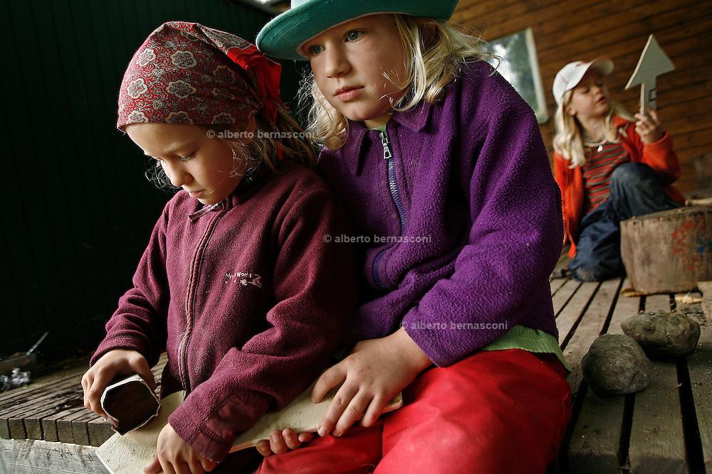 Svizzera, San Gallo, asilo nel bosco , I giochi pre-fabbricati in genere non esistono; è la natura a offrire gli strumenti per il gioco, sviluppando tutti i sensi del bambino, che è libero di scieglere con cosa e con chi relazionarsi. eghe e coltellli sono strumenti con i quali i bambini prendono subito confidenza per potersi costruire giochi e altro....Switzerland, St. Gallen, kindergarten in the wood. Children are free to run and enjoy in the wood no matter cold or snow...making hand made crafts..