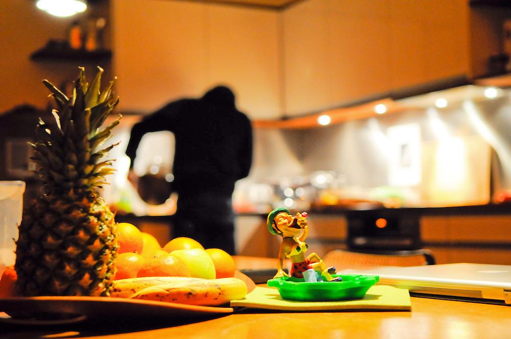 Küchenszene Mann kippt Kochwasser ab;  kitchen scene