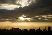 Ochtendlicht strijkt over de skyline vanhet oosten van Tokyo
