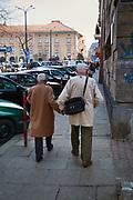 Para seniorów na Placu Szczepańskim w Krakowie