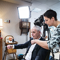 Nederland, Den Haag, 20 maart 2016.<br /> tv-opnames voor DementieTv in kamers die in jaren 50-stijl zijn ingericht (Herinneringsmuseum). DementieTv wil vanaf dit najaar dagvullende programma's verzorgen die zijn afgestemd op de verstandelijke en emotionele vermogens/behoeften van mensen met (vergevorderde) dementie.<br /> Op de foto: Nienke Fluitman instrueert haar vader Fons Fluitman met gebarentaal voor opnames.<br /> <br /> TV recordings for DementieTv in rooms decorated in 50 's style ( Memorial Museum). DementieTv will provide full-day programs this fall that are tailored to the intellectual and emotional capacities / needs of people with ( advanced ) dementia.<br /> On the photo: Nienke Fluitman instructs her father Fons Fluitman with sign language for recordings.<br /> Foto: Jean-Pierre Jans