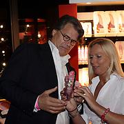 NLD/Amsterdam/20081023 - Presentatie Perfect Age creme, Emile Ratelband bij de stand van sexshop Christine le Duc