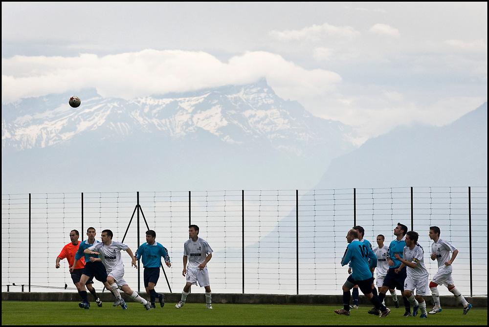 Zwitserland. Cully, 25-05-2008.<br /> 5e klasse regionaal competitie voetbal. De Alpen op de achtergrond. 9 kilometer van Lausanne. Op achtergrond meer van Lausanne.<br /> Foto: Patrick Post