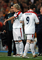 Fotball<br /> Privatlandskamp<br /> Spania v England<br /> 17. november 2004<br /> Foto: Digitalsport<br /> NORWAY ONLY<br /> Wayne Rooney goes off and fails to acknowledge his replacement Alan Smith