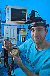 O gaúcho Paulo Taicher  que foi ouro em 1999 no tênis ao lado de André Sá.examina sua medalha no setor de oftalmologia do Hospital Santa asa em Porto alegre onde trabalha como médico.  FOTO: Jefferson Bernardes/Preview.com