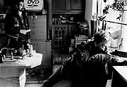 Bob kigger på, mens KJ skyder efter vinduerne i Teddy's hus. Teddy skylder Kj penge og metadon.<br /> <br /> Photo Carsten Snejbjerg