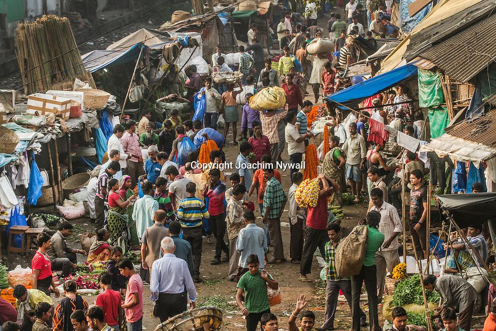 2014 10 28 Kolkata Calcutta <br /> West Bengal India<br /> <br /> Malik ghat Blomstermarknaden vid Howrah bron<br /> <br /> Malik ghat Flower market by the <br /> Howrah bridge<br /> <br /> <br /> FOTO : JOACHIM NYWALL KOD 0708840825_1<br /> COPYRIGHT JOACHIM NYWALL<br /> <br /> ***BETALBILD***<br /> Redovisas till <br /> NYWALL MEDIA AB<br /> Strandgatan 30<br /> 461 31 Trollhättan<br /> Prislista enl BLF , om inget annat avtalas.