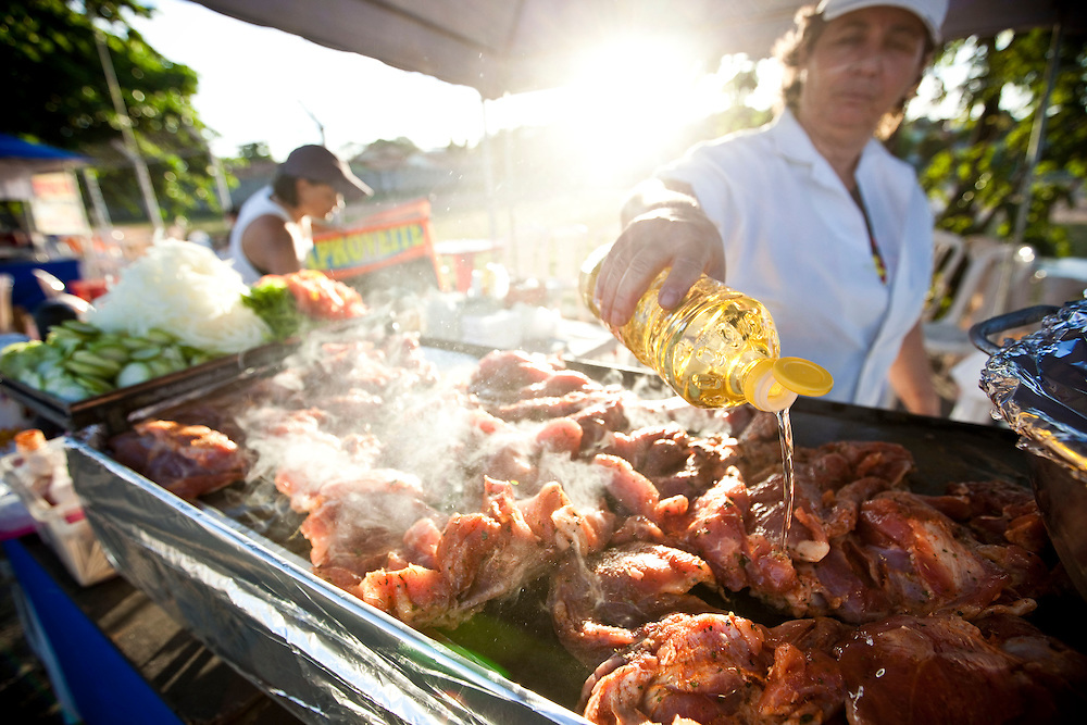 Belo Horizonte_MG, Brasil.. .Barraca de pernil na chapa na feira da avenida Atlantida no bairro Castelo...Ham at the fair on Atlantic Avenue in Castelo avenue in Belo Horizonte, Minas Gerais...Foto: NIDIN SANCHES / NITRO