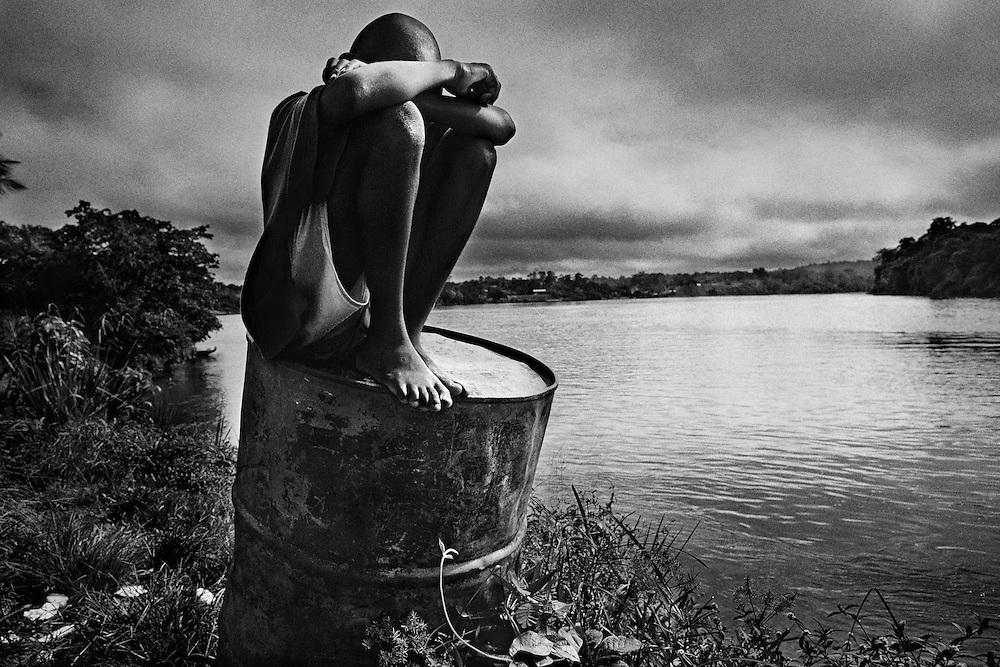 """Fenrch guyana, maripasoula, maroni.<br /> <br /> Pole economique du Haut-Maroni pour certains, tiers-monde de la republique pour d'autres. <br /> Plus vaste """"commune"""" de France : 3 600 habitants sur un rayon de 150 kilometres, coincee entre la foret amazonienne et le Maroni, fleuve frontiere du Surinam. A l'exception des services departementaux et municipaux, l'orpaillage avec ses metiers derives represente la seule source d'activite. <br /> Maripasoula marque la limite entre le pays bosch (noir marron) et le pays amerindien wayana.<br /> L'approvisionnement vient du Surinam, sur la rive opposee ou des villes du littoral, St Laurent ou Cayenne."""