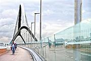 Nederland, Nijmegen, Oosterhout, 26-11-2013De tweede stadsbrug, brug, de oversteek, gebouwd door de aannemers BAM Civiel B.V. en Max Bogl Nederland B.V. Die verbindt Lent en Oosterhout met de stad en is onderdeel van de rondweg om Nijmegen.  Een kunstwerk op de brug vormen de straatlantaarns . Ter herdenking aan 48 bij the crossing op 20 september 1944 gesneuvelde soldaten springen die een voor een aan. Iedere avond lopen veteranen mee met de achtenveertig paren aanspringende lampen. De brug is een ontwerp van de Belgische architecten Ney en Paulissen. Foto: Flip Franssen