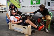Het Human Power Team Delft en Amsterdam (HPT), dat bestaat uit studenten van de TU Delft en de VU Amsterdam, is in Amerika om te proberen het record snelfietsen te verbreken. Momenteel zijn zij recordhouder, in 2013 reed Sebastiaan Bowier 133,78 km/h in de VeloX3. In Battle Mountain (Nevada) wordt ieder jaar de World Human Powered Speed Challenge gehouden. Tijdens deze wedstrijd wordt geprobeerd zo hard mogelijk te fietsen op pure menskracht. Ze halen snelheden tot 133 km/h. De deelnemers bestaan zowel uit teams van universiteiten als uit hobbyisten. Met de gestroomlijnde fietsen willen ze laten zien wat mogelijk is met menskracht. De speciale ligfietsen kunnen gezien worden als de Formule 1 van het fietsen. De kennis die wordt opgedaan wordt ook gebruikt om duurzaam vervoer verder te ontwikkelen.<br /> <br /> The Human Power Team Delft and Amsterdam, a team by students of the TU Delft and the VU Amsterdam, is in America to set a new  world record speed cycling. I 2013 the team broke the record, Sebastiaan Bowier rode 133,78 km/h (83,13 mph) with the VeloX3. In Battle Mountain (Nevada) each year the World Human Powered Speed Challenge is held. During this race they try to ride on pure manpower as hard as possible. Speeds up to 133 km/h are reached. The participants consist of both teams from universities and from hobbyists. With the sleek bikes they want to show what is possible with human power. The special recumbent bicycles can be seen as the Formula 1 of the bicycle. The knowledge gained is also used to develop sustainable transport.