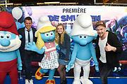 Nederlandse première van DE SMURFEN EN HET VERLOREN DORP in Pathe ArenA, Amsterdam<br /> <br /> Op de foto:  De Smurfen met Pip Pellens, Johnny de Mol en Kees Tol