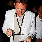 NLD/Amsterdam/20100701 - Presentatie nieuwe Samsung telefoon Galaxy S, Robert Leroy test zijn telefoon