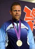 Håndball<br /> 11. August 2012<br /> Olympiske Leker , London<br /> Finale <br /> Norge - Montenegro<br /> Trener Thorir Hergeirsson , Norge fikk ikke sin egen gull medalje, men fikk låne Heidi Løke sin et øyeblikk<br /> Foto : Astrid M. Nordhaug