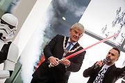 Burgemeester Jan van Zanen opent de expositie met een lichtzwaard. In Utrecht is de tentoonstelling Star Wars Identies te zien tot en met 11 maart 2018. Op de expositie zijn originele kostuums, rekwisieten en de personages te zien. Daarnaast kunnen bezoekers een eigen Star Wars identiteit maken door hun eigen karakter te combineren met fictieve elementen. Star Wars werd veertig jaar geleden, op 25 mei 1977, voor het eerst getoond op film. De filmserie is nog altijd mateloos populair.<br /> <br /> In Utrecht the exhibition Star Wars Identies is shown. The exhibition shows original costumes, props and the characters. In addition, visitors can create their own Star Wars identity by combining their own character with fictional elements. Star Wars was first shown on film forty years ago, on May 25, 1977. The film series is still very popular.