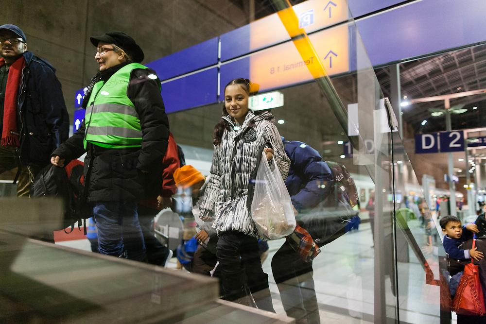 Koeln, DEU, 27.09.2015<br /> <br /> Ankunft eines Sonderzugs der Deutschen Bahn mit rund 450 Fluechtlingen am Bahnhof des Koeln/Bonner Flughafens. Von hier aus werden die Menschen, die groesstenteils über die Balkan-Route nach Oesterreich gelangten, auf Erstunterbringungsstellen in Nordrhein-Westfalen verteilt.<br /> <br /> <br /> Foto: Bernd Lauter/berndlauter.com
