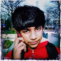 Nederland, Amsterdam , 6 februari 2014.<br /> GSM loze vrijdag.<br /> Uiteraard is een GSM een erg handig medium, maar kunnen we nog zonder? Onze GSM heeft onze dagelijkse leefwereld overgenomen. Het wordt tijd dat we eens stilstaan bij die constante bereikbaarheid en die dure toestellen met nog duurdere gesprekskosten een dagje naast ons neerleggen<br /> Op de foto: Kabir Singh<br /> Foto gemaakt met Iphone5. fotoprogramma: Hipstamatic: Lens John S. Film Kodot XGrizzled.<br /> Foto:Jean-Pierre Jans