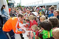 Rotterdam - International Pirmin Blaak  signeren voor het Jeugd Sport Fonds tijdens de Rabobank World Hockey League. Foto KOEN SUYK