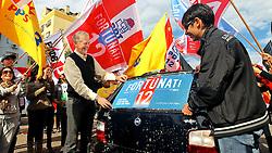 José Fortunati durante adesivaço de carros no Largo Zumbi dos Palmares. FOTO: Jefferson Bernardes/Preview.com