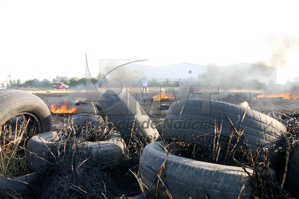 TOLUCA, México.- Se registra otro incendio en un lote baldío ubicado en San Pedro Totoltepec . Bomberos de Toluca trabajaron para apagar el fuego, ocasionado por la acumulación de pasto seco, hojas y llantas. Agencia MVT / Sulma Jiménez. (DIGITAL)