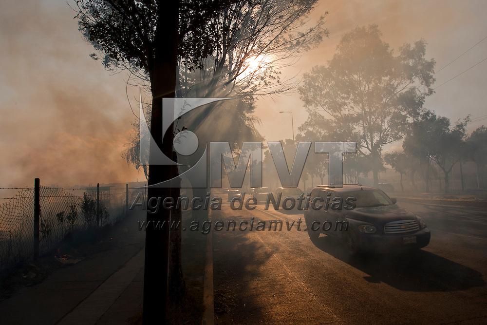 TOLUCA, Mexico.- El denso humo provocado por un incendio de pastizal sobre la carretera Toluca-Nacalpan, impidio por varios minutos la visibilidad de los condictores que circulabana a la altura del rastro municipal; esto al inicio de la temporada de estiaje en el Valle de Toluca. Agencia MVT / Mario Vazquez de la Torre. (DIGITAL)