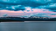 VILDMARKSVÄGEN JULI 2020<br /> Utsikt över Stora Blåsjön och fjällen vid midnatt från vår stuga på Camp Stora Blåsjön.<br /> Foto: Per Danielsson/Projekt.P