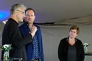 Nederland, Deest, 28-9-2019 Vandaag werden de Deestse en Afferdense Waarden, evenals de Heesseltse Uiterwaarden en Loenensche Buitenpoder officieel opgeleverd en in gebruik genomen. Aanvankelijk zou de Minister Cora van Nieuwenhuizen de handeling verrichten, maar zij liet verstek gaan. Presentator Jochem van Gelder improviseerde daarom een opening met vertegenwoordigers van RWS, staatsbosbeeer en andere belanghebbenden. Topambtenaar Nellie Kalfs van Rijkswaterstaat legde het eerste stukje van een puzzel die uiteindelijk een foto was van de gebieden.  De herinrichting van het nieuwe natuurgebied de afferdense en deestse waarden. Uitgevoerd voor een betere afvoer van het hoogwater . De uitgegraven geul met vertakkingen is gevuld met rivierwater . Boskalis is de uitvoerder van dit grote waterproject in het kader van ruimte voor de rivier . De uiterwaarden staan onder water en het water van de waal staat tegen de voet van de dijk . Foto: Flip Franssen