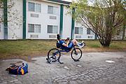 Atleet Jennifer Breet traint bij het hotel in Battle Mountain. Het Human Power Team Delft en Amsterdam, dat bestaat uit studenten van de TU Delft en de VU Amsterdam, is in Amerika om tijdens de World Human Powered Speed Challenge in Nevada een poging te doen het wereldrecord snelfietsen voor vrouwen te verbreken met de VeloX 9, een gestroomlijnde ligfiets. Het record is met 121,81 km/h sinds 2010 in handen van de Francaise Barbara Buatois. De Canadees Todd Reichert is de snelste man met 144,17 km/h sinds 2016.<br /> <br /> With the VeloX 9, a special recumbent bike, the Human Power Team Delft and Amsterdam, consisting of students of the TU Delft and the VU Amsterdam, wants to set a new woman's world record cycling in September at the World Human Powered Speed Challenge in Nevada. The current speed record is 121,81 km/h, set in 2010 by Barbara Buatois. The fastest man is Todd Reichert with 144,17 km/h.