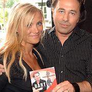 NLD/Amsterdam/20070509 - CD presentatie Bart Bosch, Gigi Ravelli krijgt de cd overhandigd van Bart